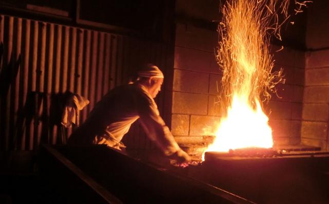 赤松太郎兼嗣鍛練道場、自家製鉄場、鍛冶研ぎ場、土置き場、森雅晴鞘師の工房での製作風景